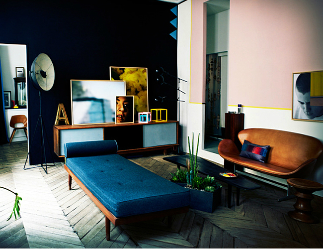 NAVY WALL WITH NAVY CHAISE